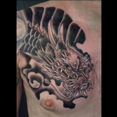 Tatuaje en el pecho dragón