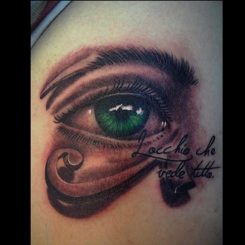 tatuaje realista ojo con texto