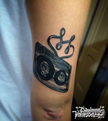 ejemplo tatuaje cinta cassette antebrazo