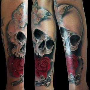 tatuaje-calavera-rosa-y-crucifijo